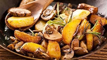 بطاطس مقلية مع الفطر والأعشاب