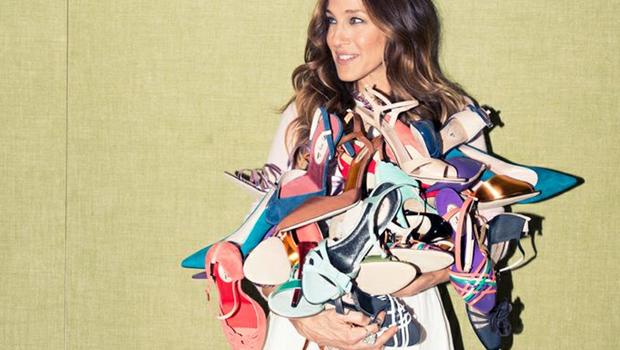 عشرة أحذية على كل امرأة اقتنائهم