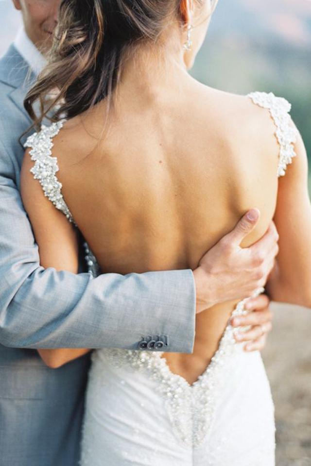 قبل ارتداء فستان زفاف مكشوف الظهر… انتبهي