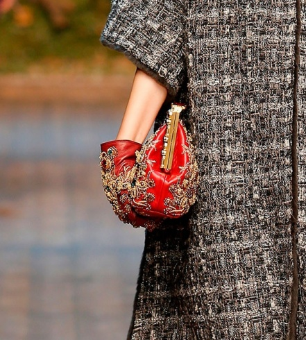 القفازات: هذا الشتاء اختاريها ذهبيّة أو مرصّعة بالحجارة ومطرّزة بالرسوم