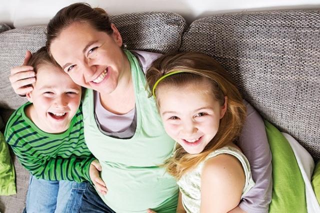 الإنجاب المتتالي… عناء يليه راحة أم إهدار لشباب الأم