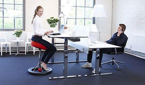 الجلوس يعرّضكم لمشاكل صحية؟ إليكم الحل…